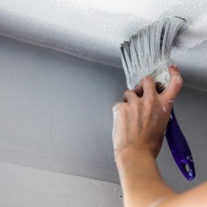 Das Malern der Decke startet am besten an den Ecken und Kanten.