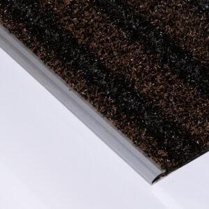 Rutschhemmend: Die Stufenmatte mit Abschlussprofil für den Außenbereich.