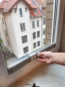 Vor der Montage sollte geprüft werden, ob das Plissee in Höhe und Breite wirklich ins Fenster passt.