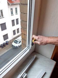 Um die Schrauben nicht zu überdrehen, greift man lieber auf den Schraubenzieher zurück.