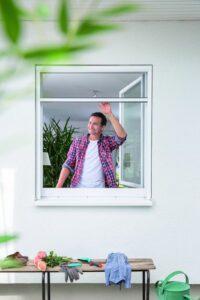 Insektenschutz-Rollo am Fenster
