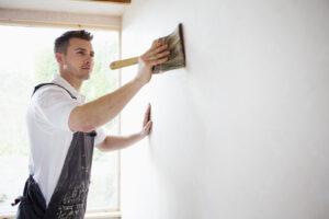 Auftragen Wand-Grundierung mit grober Bürste
