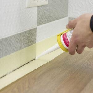 Malerkrepp schützt Fliesen und Arbeitsplatte beim Verfügen mit Silikon