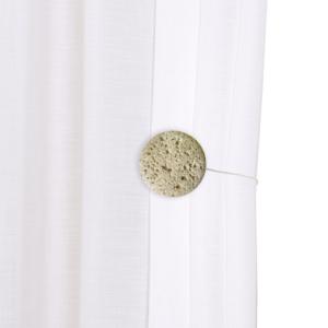Magnethalter als Dekoration an weißer Gardine