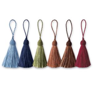 Zierquasten in verschiedenen Farben als dekoratives Element.
