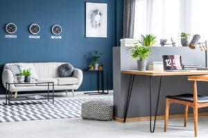 Blau und inspirierend: Die Kombination aus Wohn- und Arbeitsbereich.