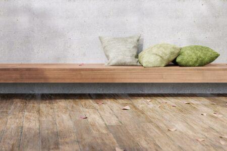 Naturboden aus Holz mit Bank