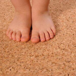 Kinderfüße auf Korkboden