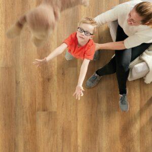 Kind mit Mutter auf nachhaltigem Vinylboden